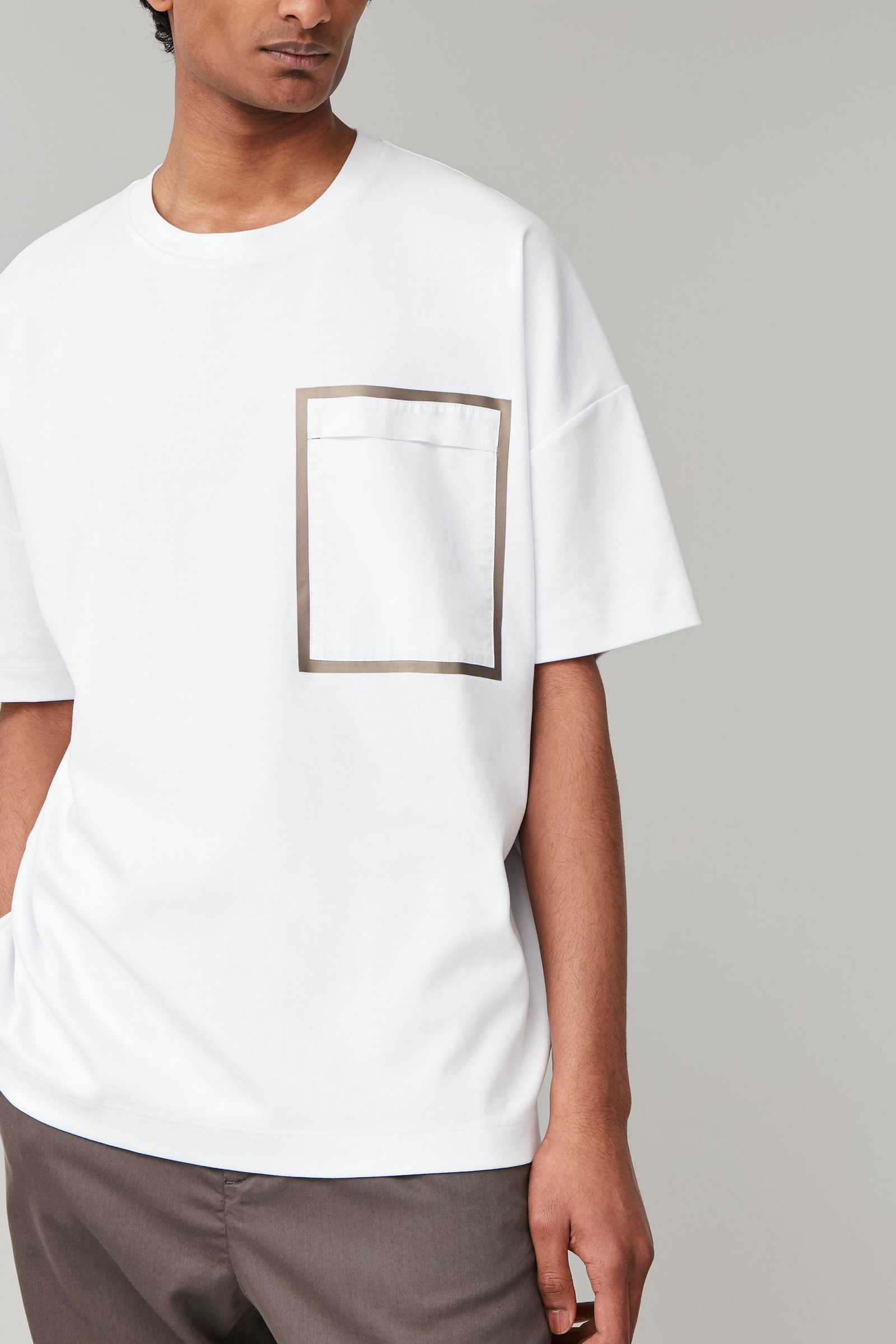 COS 패치 포켓 오버사이즈 티셔츠의 화이트 / 카키 그린컬러 ECOMLook입니다.