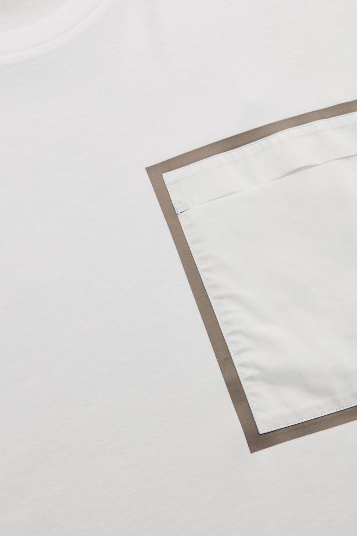 COS 패치 포켓 오버사이즈 티셔츠의 화이트 / 카키 그린컬러 Detail입니다.