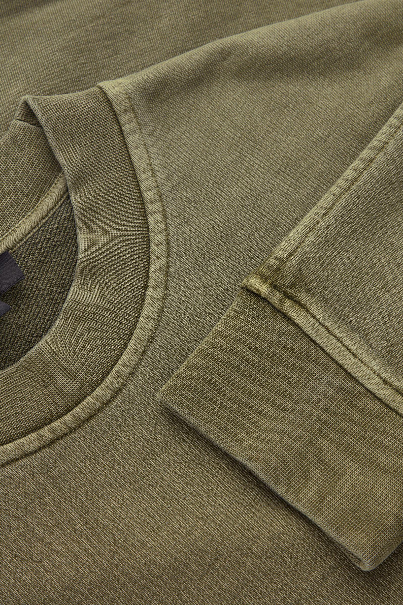 COS 코튼 리넨 스웻셔츠의 그린컬러 Detail입니다.