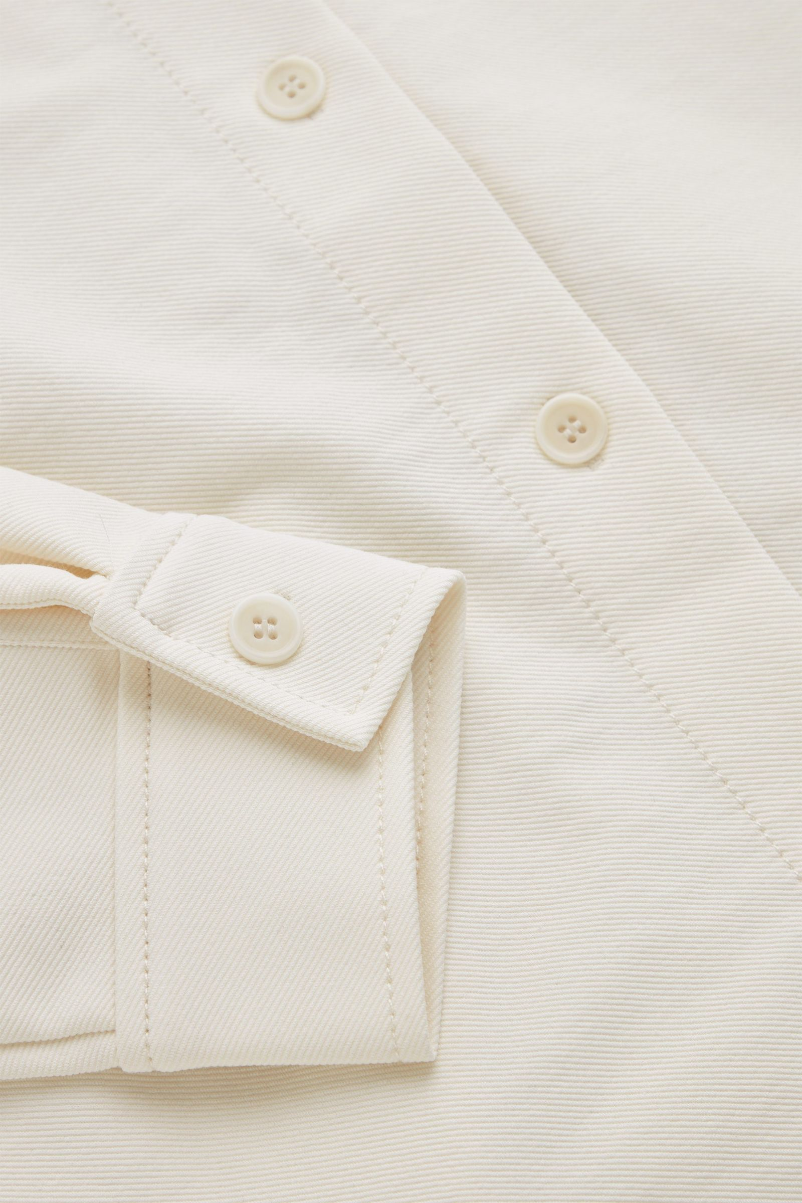 COS 오가닉 코튼 믹스 오버셔츠의 화이트컬러 Detail입니다.