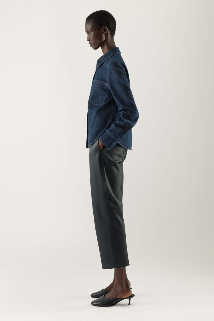COS 로 데님 오버셔츠의 다크 블루컬러 ECOMLook입니다.