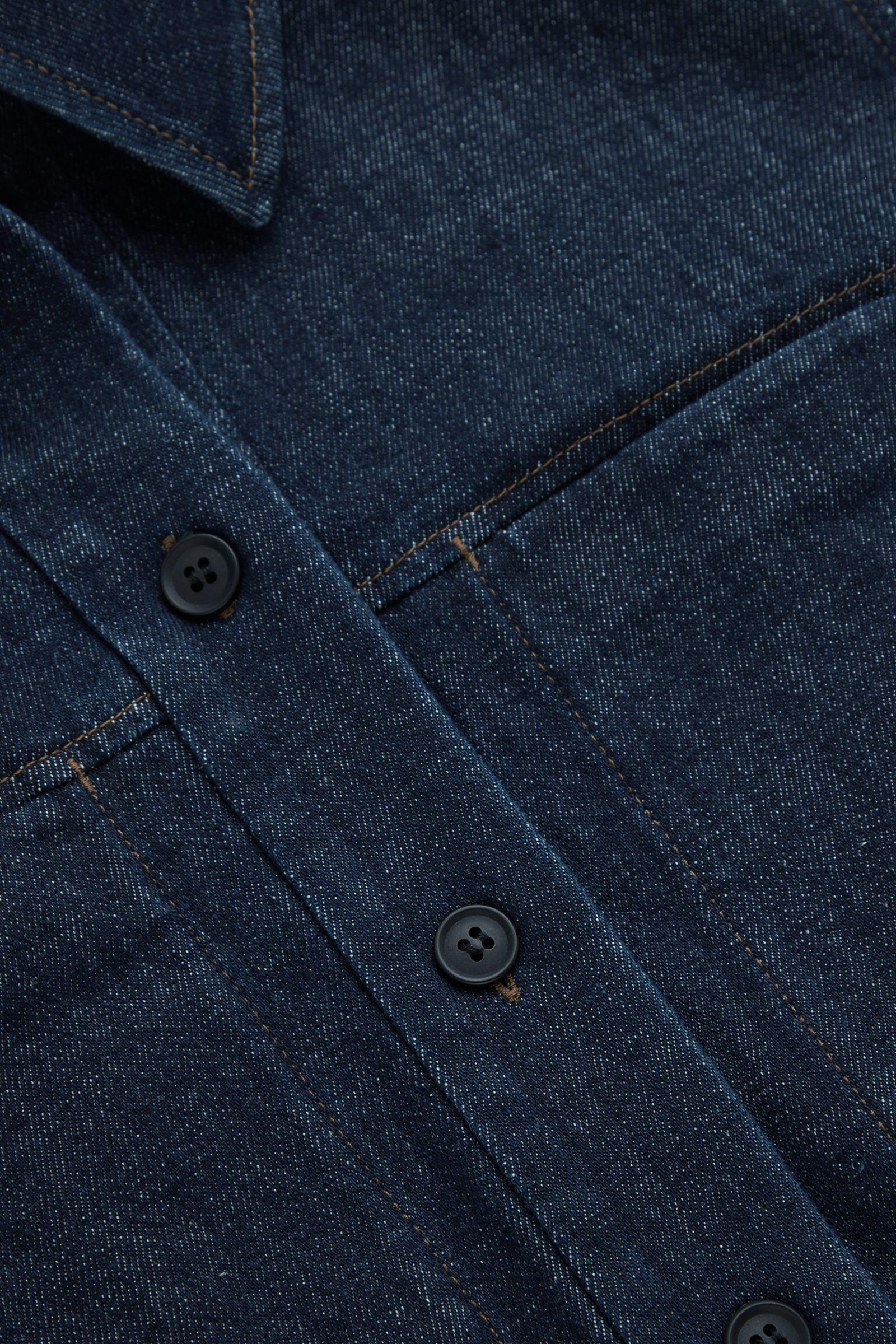 COS 로 데님 오버셔츠의 다크 블루컬러 Detail입니다.