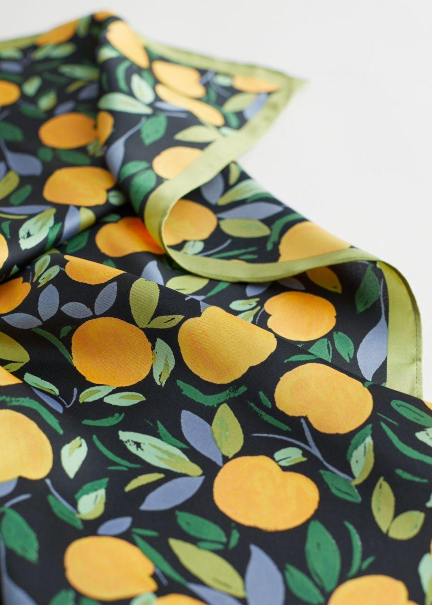 앤아더스토리즈 아프리콧 프린트 스카프의 카키 오렌지컬러 Detail입니다.