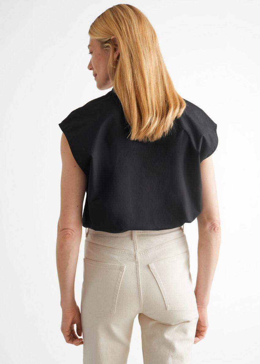 앤아더스토리즈 박시 슬리브리스 셔츠의 블랙컬러 ECOMLook입니다.