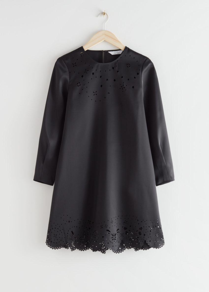 앤아더스토리즈 레이저 컷 미니 드레스의 블랙컬러 Product입니다.