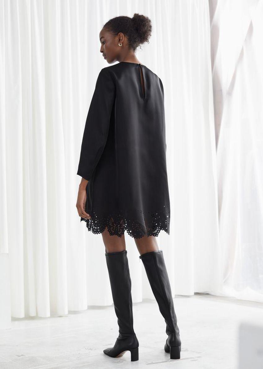 앤아더스토리즈 레이저 컷 미니 드레스의 블랙컬러 ECOMLook입니다.