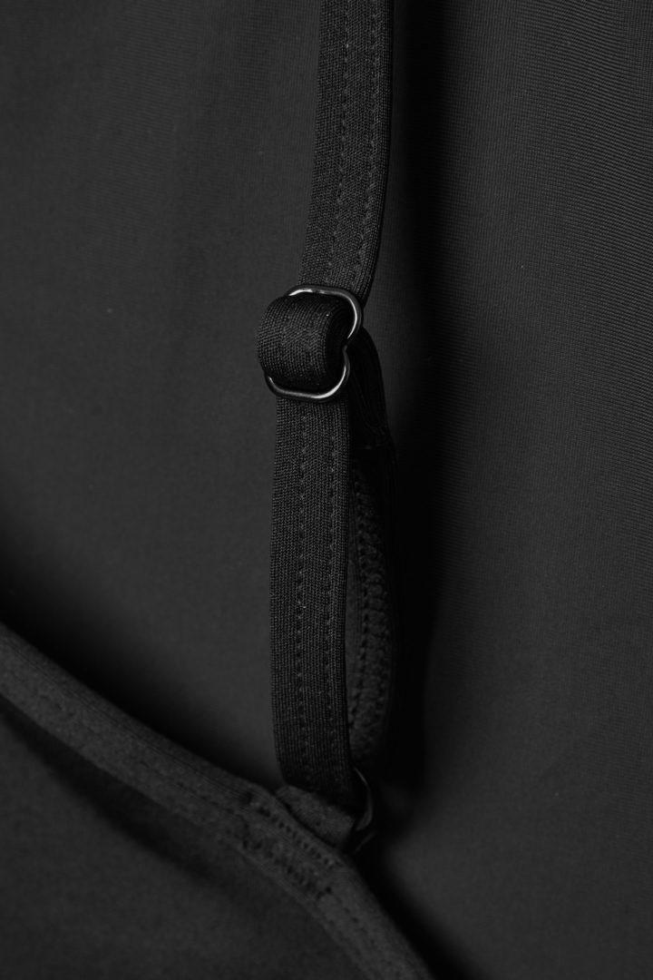 COS 원숄더 스윔수트의 블랙컬러 Detail입니다.