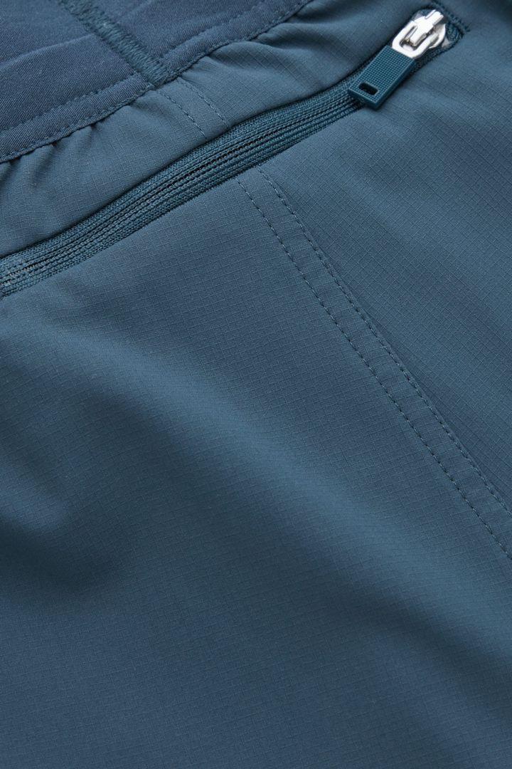 COS 리사이클 폴리에스터 테크니컬 러닝 쇼츠의 화이트 / 다크 그린컬러 Detail입니다.