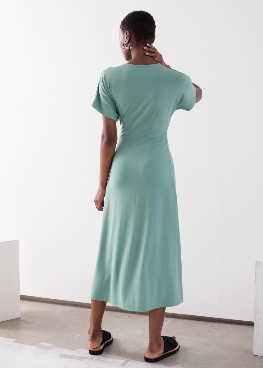 앤아더스토리즈 웨이스트 타이 미디 드레스의 민트컬러 ECOMLook입니다.
