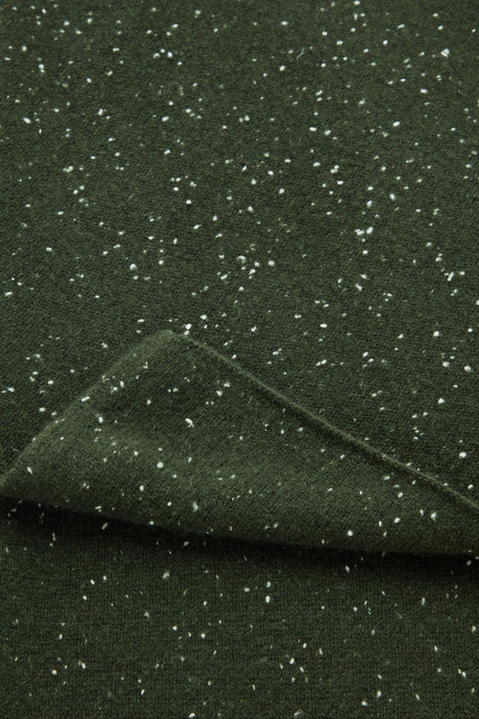 COS 스페클드 캐시미어 스카프의 포레스트 그린 / 화이트컬러 Detail입니다.