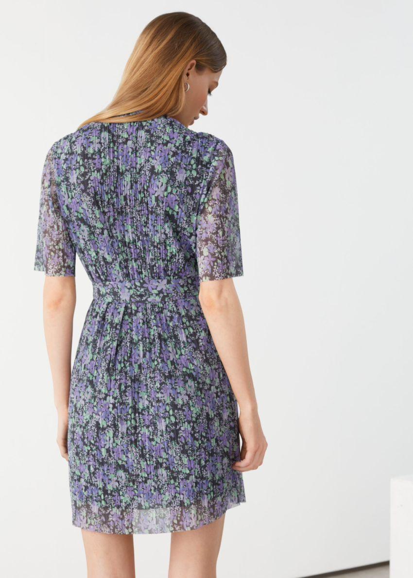 앤아더스토리즈 쇼트 슬리브 미니 랩 드레스의 블루 플로럴컬러 ECOMLook입니다.