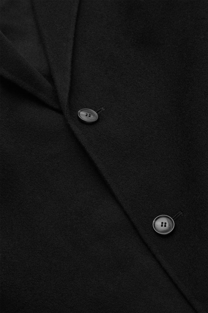 COS 테일러드 울 코트의 블랙컬러 Detail입니다.