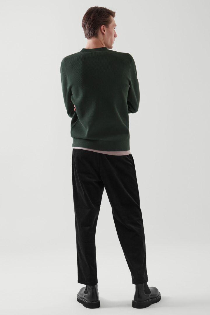 COS 와플 니트 스웨터의 그린컬러 ECOMLook입니다.