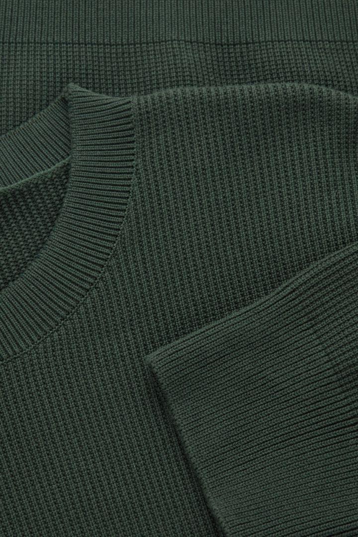 COS 와플 니트 스웨터의 그린컬러 Detail입니다.