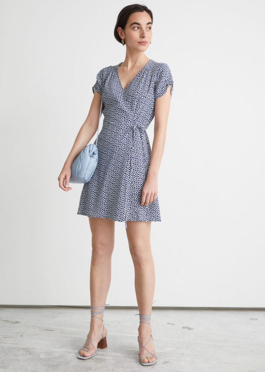 앤아더스토리즈 쇼트 슬리브 미니 랩 드레스의 블루컬러 ECOMLook입니다.