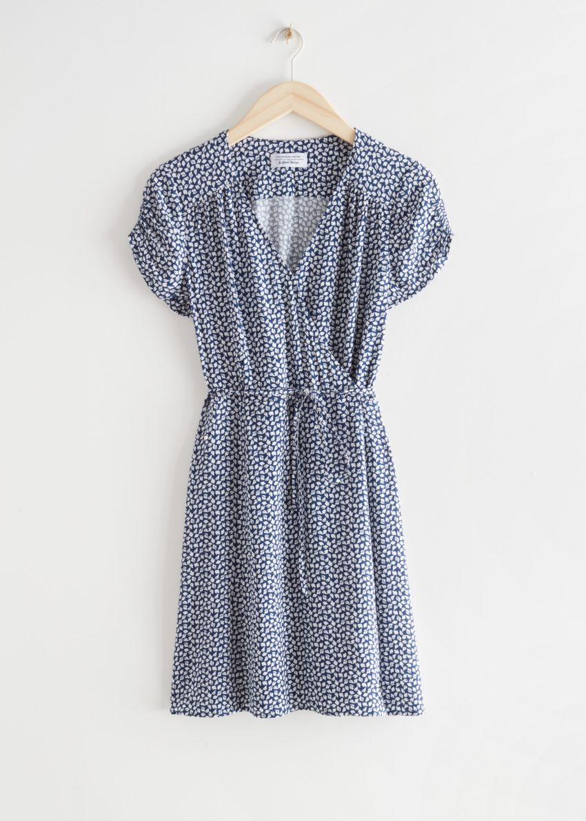 앤아더스토리즈 쇼트 슬리브 미니 랩 드레스의 블루컬러 Product입니다.
