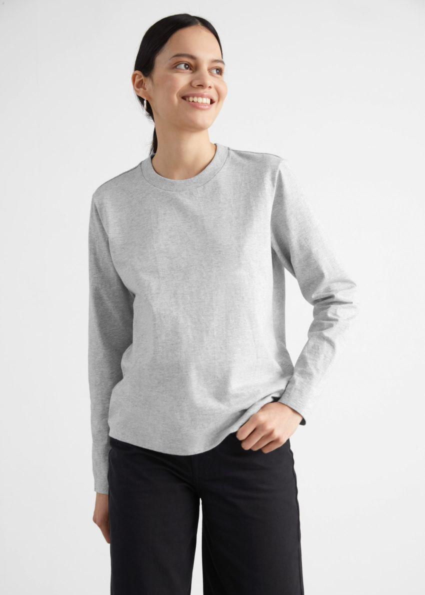 앤아더스토리즈 코튼 롱 슬리브 티셔츠의 그레이컬러 ECOMLook입니다.
