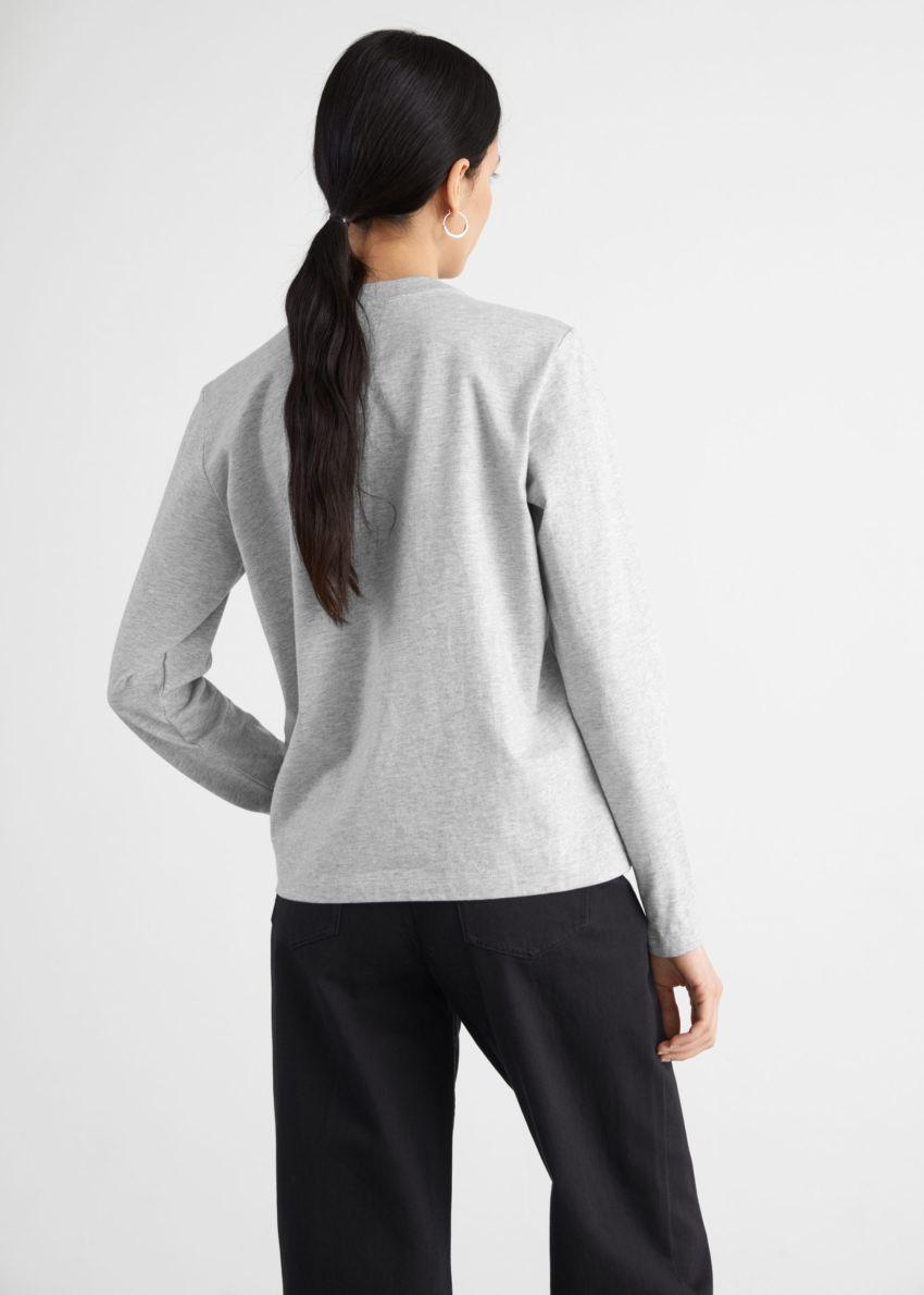 앤아더스토리즈 오가닉 코튼 롱 슬리브 티셔츠의 그레이컬러 ECOMLook입니다.