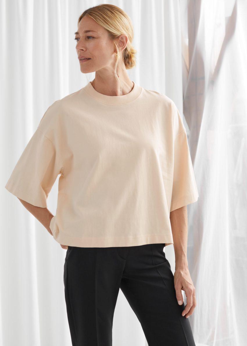 앤아더스토리즈 박시 크루넥 티셔츠의 베이지컬러 ECOMLook입니다.