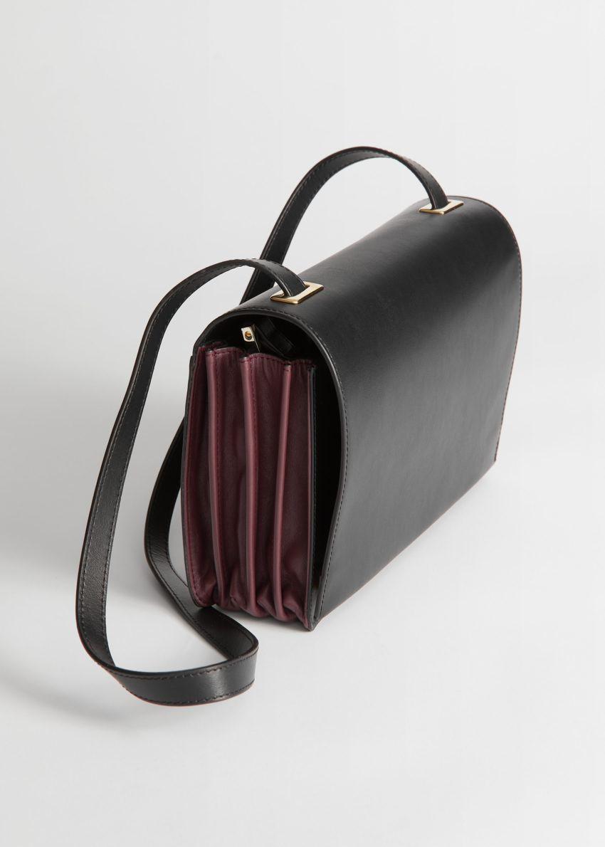 앤아더스토리즈 듀오 톤 레더 크로스바디 백의 블랙, 버건디컬러 Product입니다.