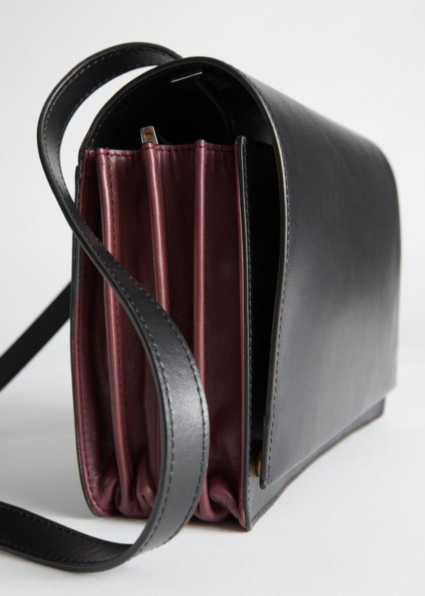 앤아더스토리즈 듀오 톤 레더 크로스바디 백의 블랙, 버건디컬러 Detail입니다.