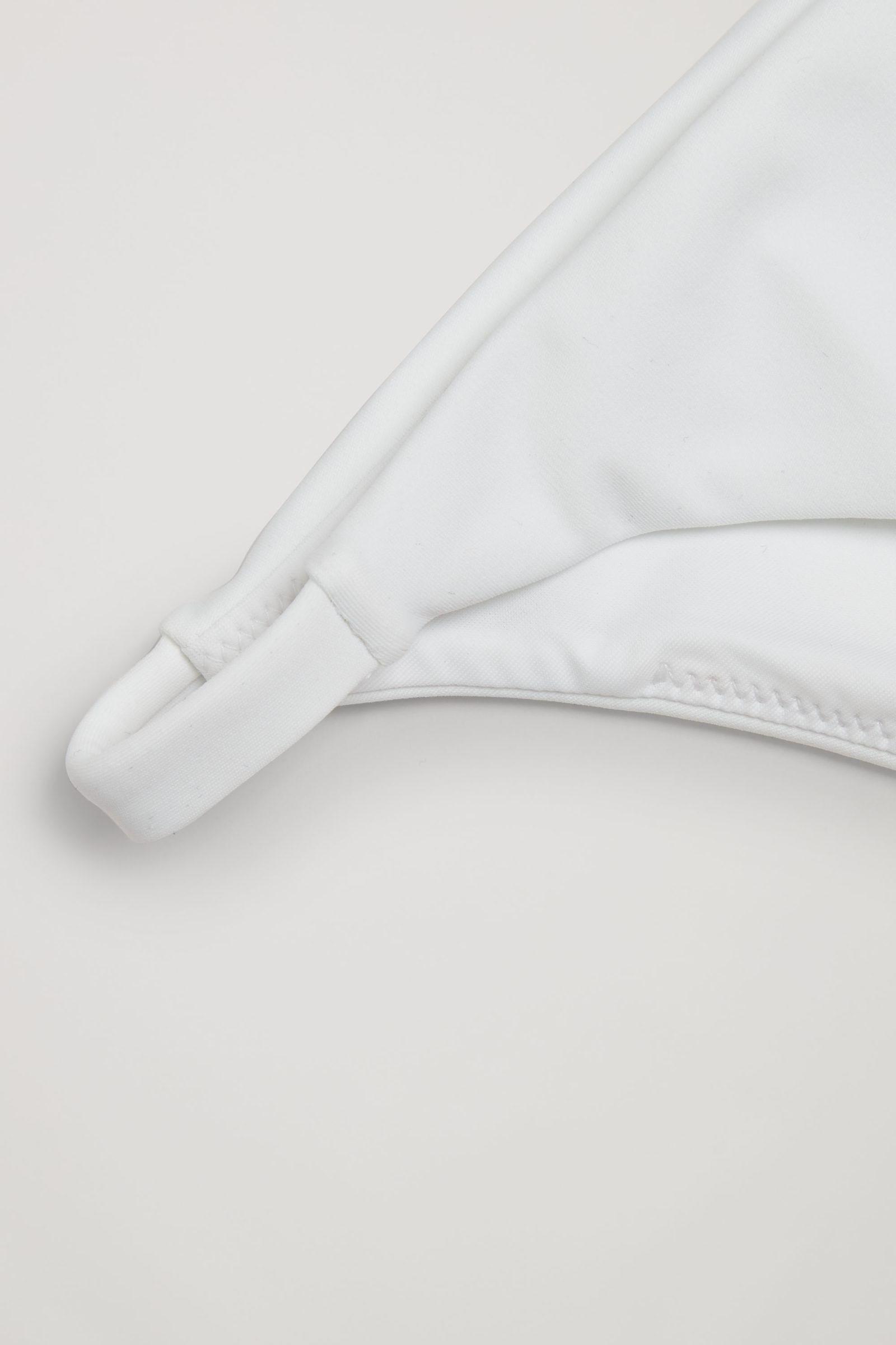 COS 플레인 사이드 스트랩 비키니 바텀의 화이트컬러 Detail입니다.