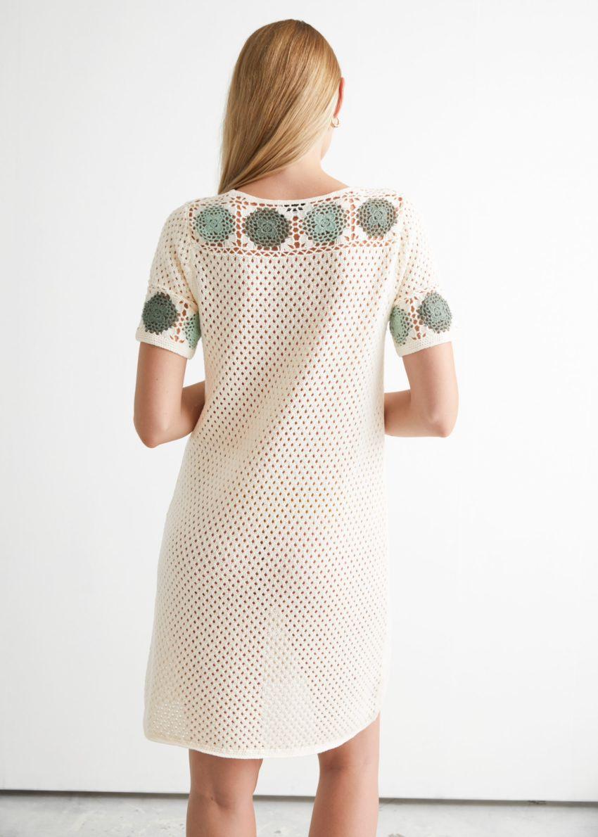 앤아더스토리즈 플로럴 크로셰 미니 드레스의 화이트컬러 ECOMLook입니다.