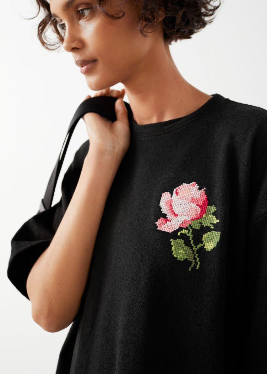 앤아더스토리즈 로즈 엠브로이더리 티셔츠 미니 드레스의 블랙 로즈컬러 ECOMLook입니다.