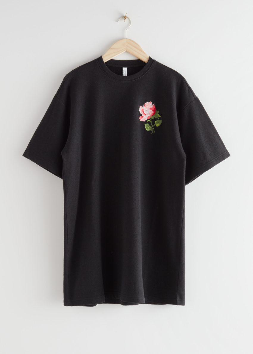 앤아더스토리즈 로즈 엠브로이더리 티셔츠 미니 드레스의 블랙 로즈컬러 Product입니다.