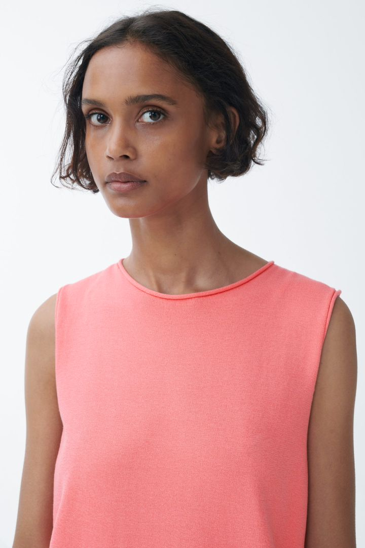 COS 오가닉 코튼 니티드 슬리브리스 드레스의 핑크컬러 ECOMLook입니다.