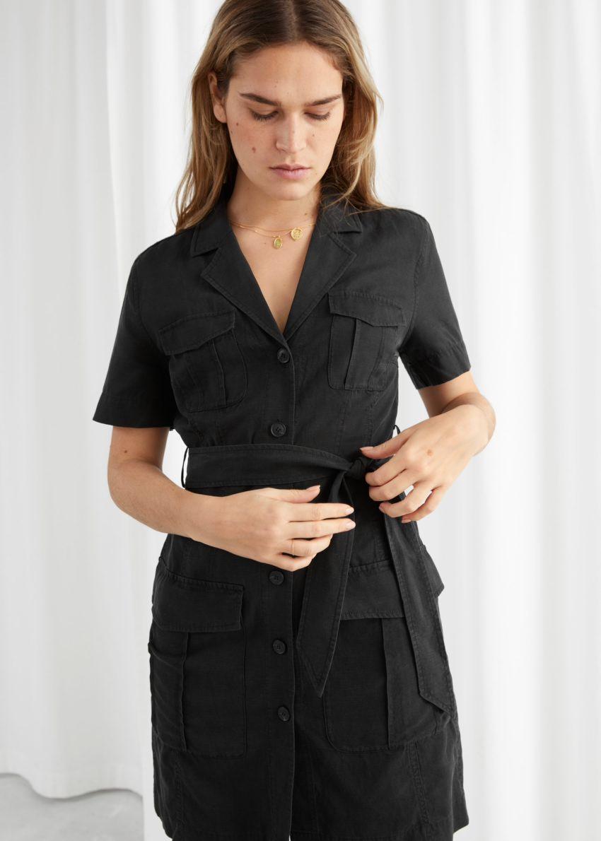 앤아더스토리즈 벨티드 워크웨어 미니 드레스의 블랙컬러 ECOMLook입니다.