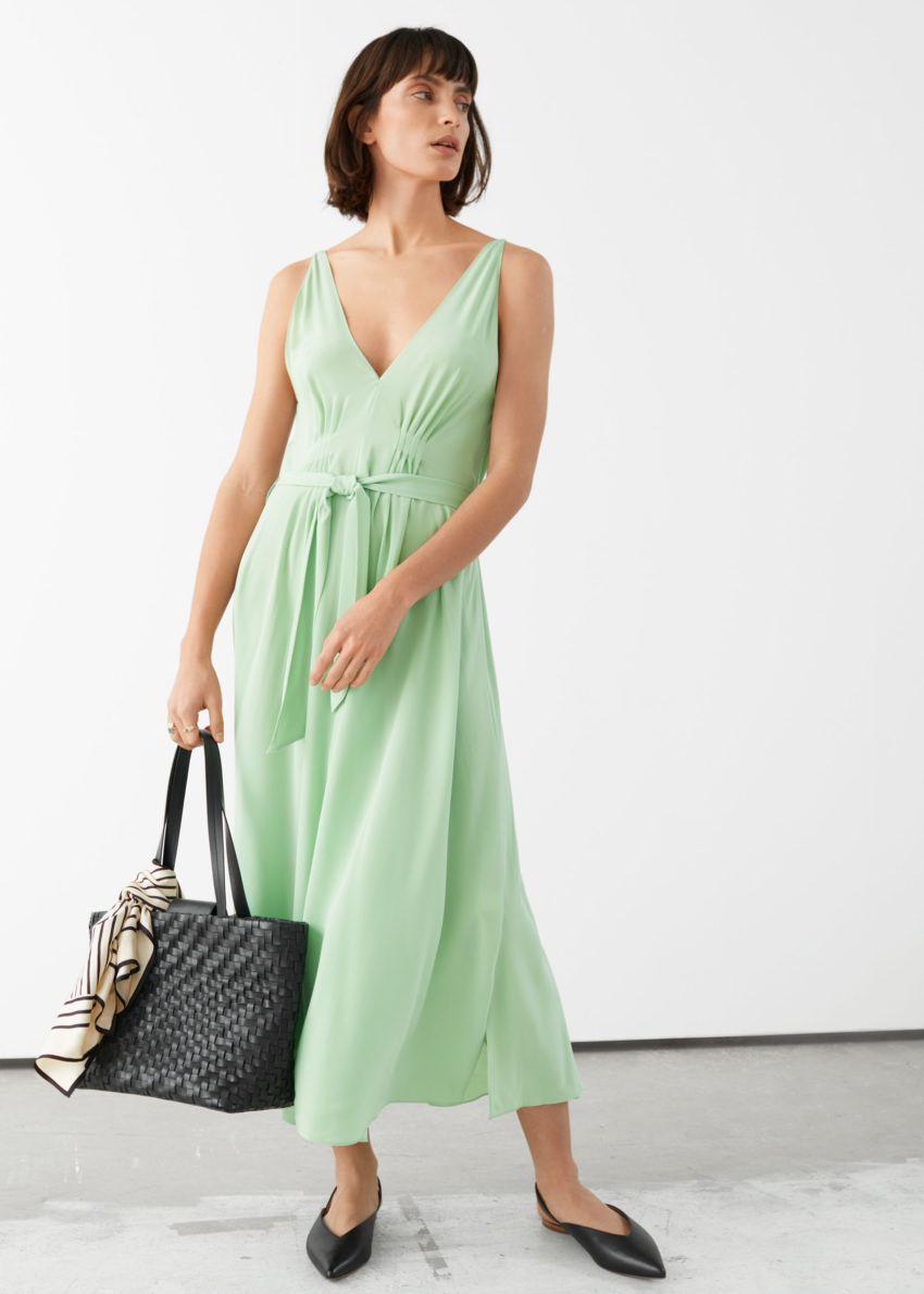 앤아더스토리즈 벨티드 실크 미디 드레스의 그린컬러 ECOMLook입니다.