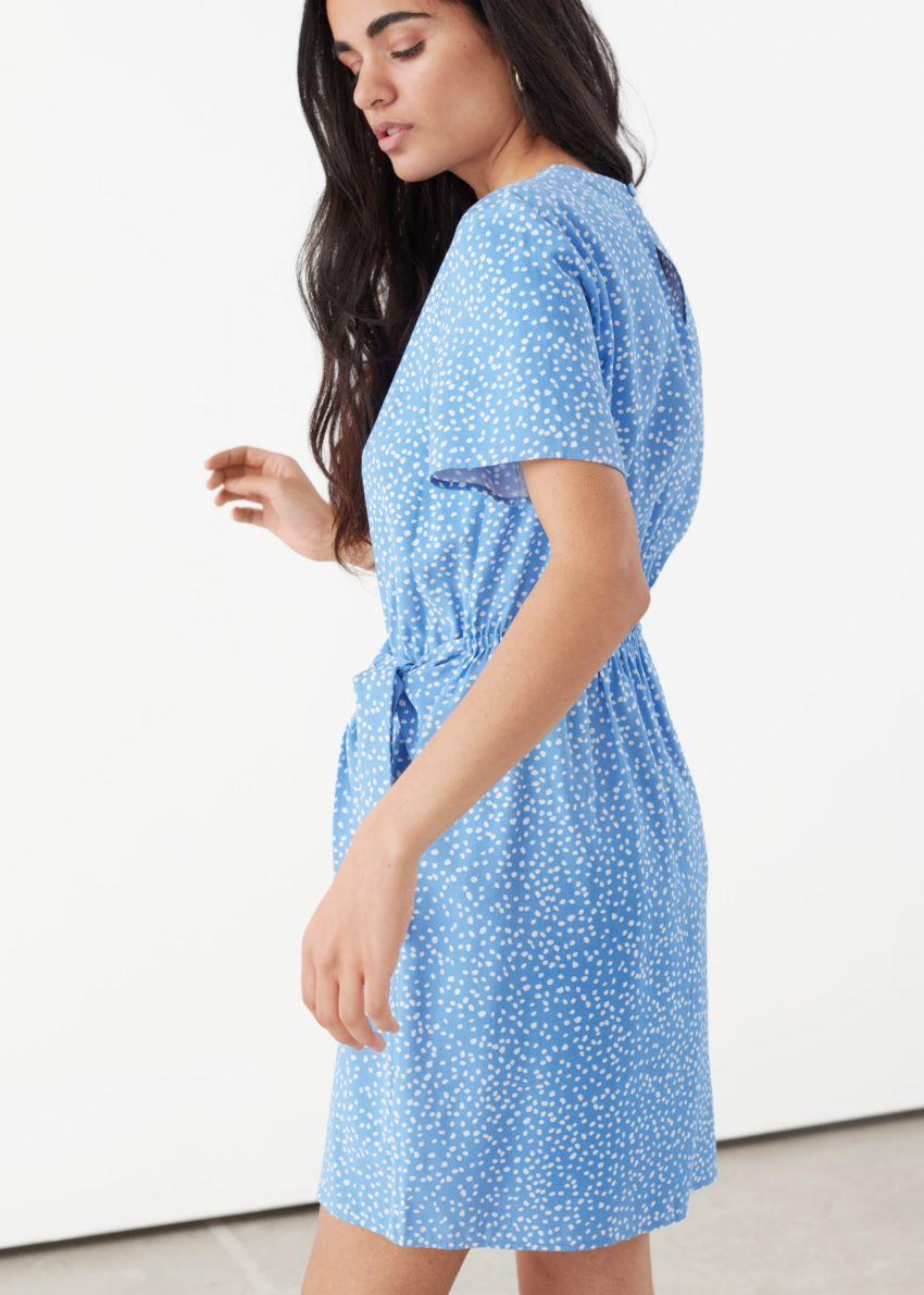 앤아더스토리즈 타이 업 미니 랩 드레스의 블루 도트컬러 ECOMLook입니다.