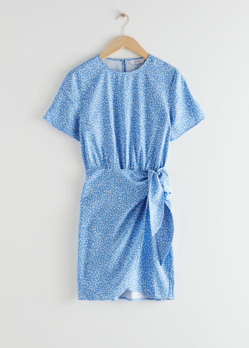 앤아더스토리즈 타이 업 미니 랩 드레스의 블루 도트컬러 Product입니다.