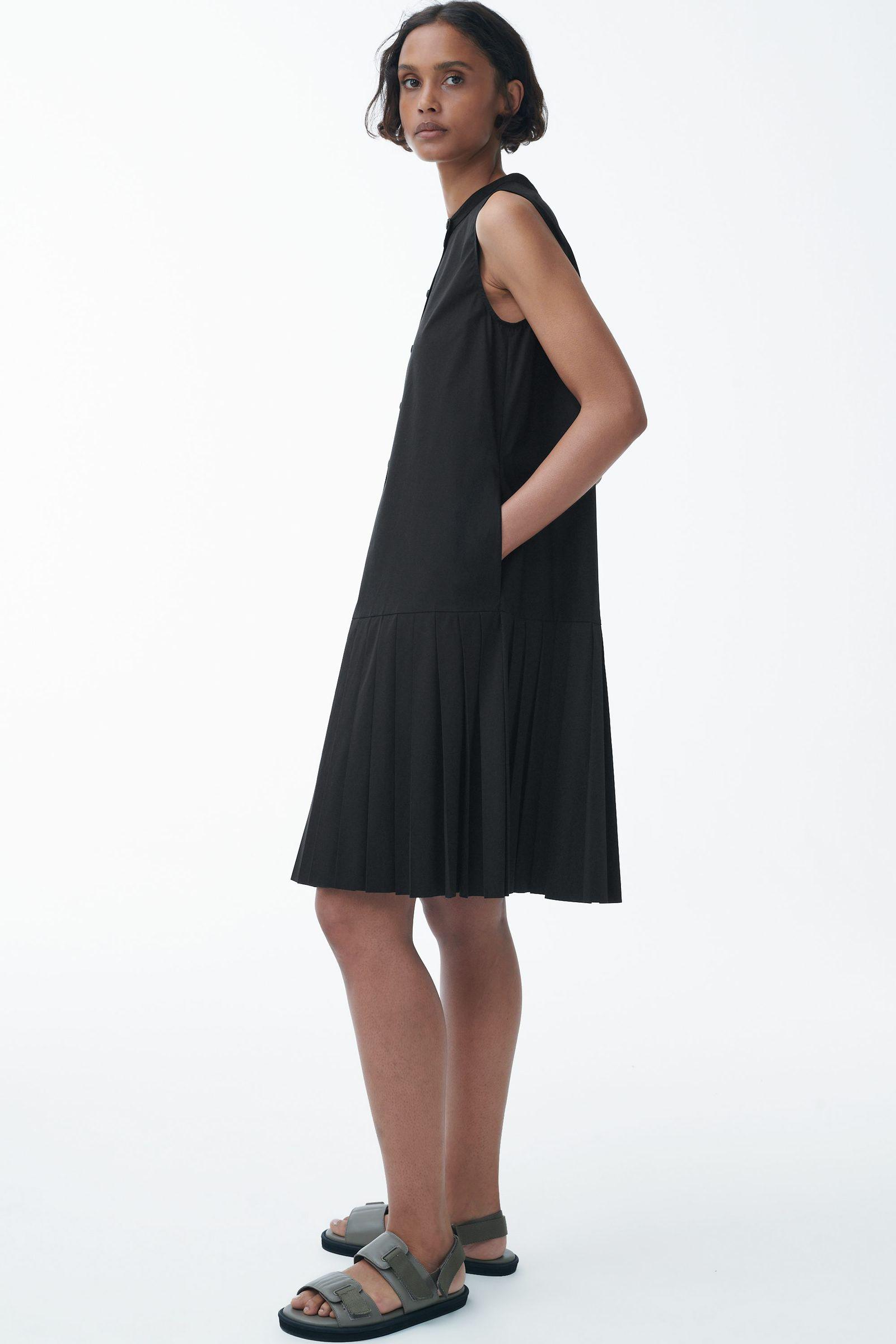 COS 오가닉 코튼 플리츠 패널 드레스의 블랙컬러 ECOMLook입니다.