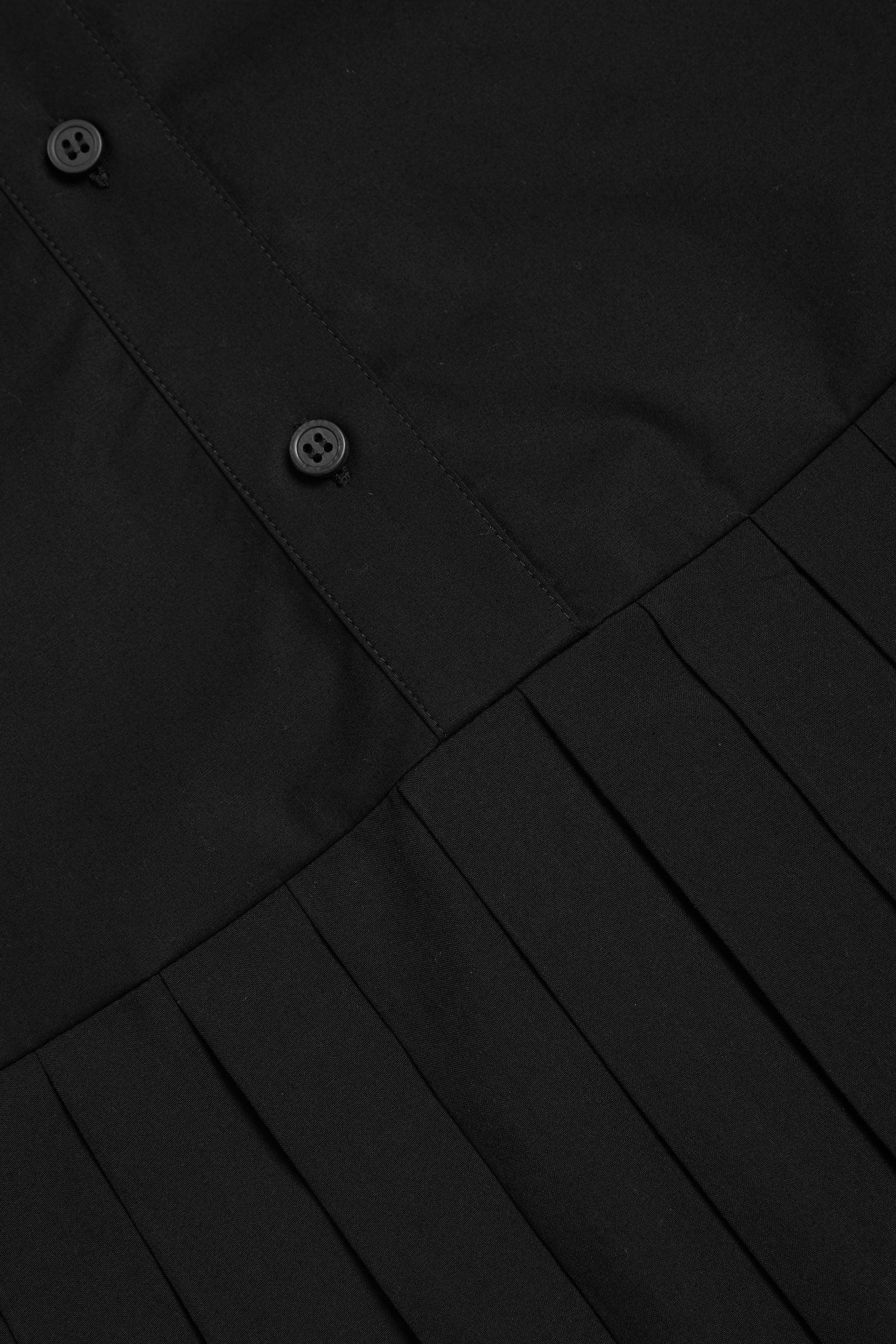 COS 오가닉 코튼 플리츠 패널 드레스의 블랙컬러 Detail입니다.