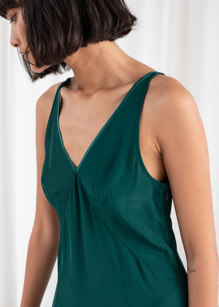 앤아더스토리즈 플로위 브이넥 미디 드레스의 그린컬러 ECOMLook입니다.