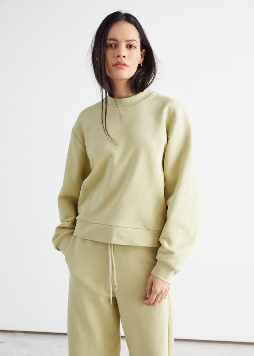 앤아더스토리즈 릴렉스드 바나나 슬리브 스웨터의 옐로우컬러 ECOMLook입니다.