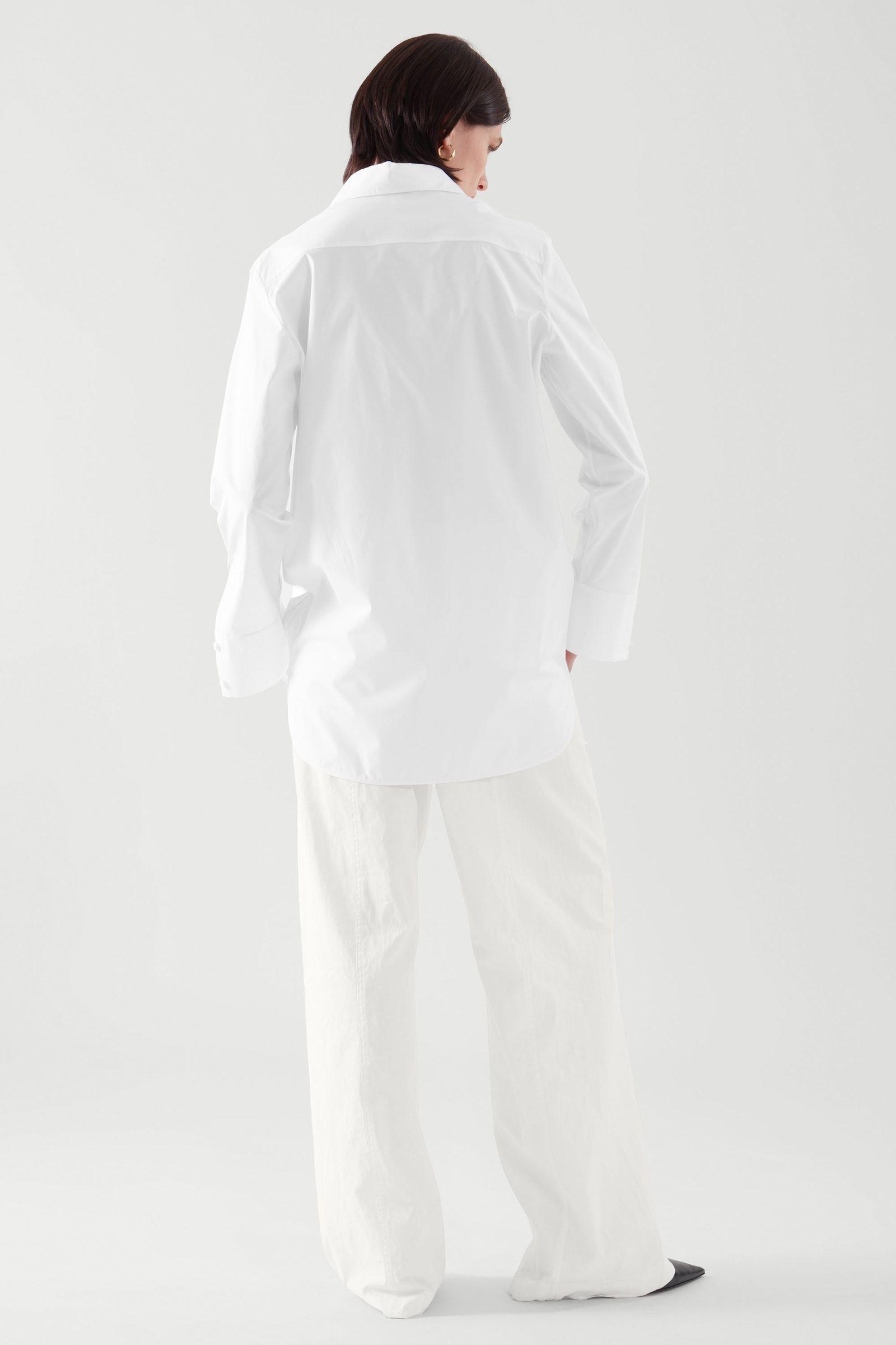 COS 레귤러 핏 유틸리티 셔츠의 화이트컬러 ECOMLook입니다.