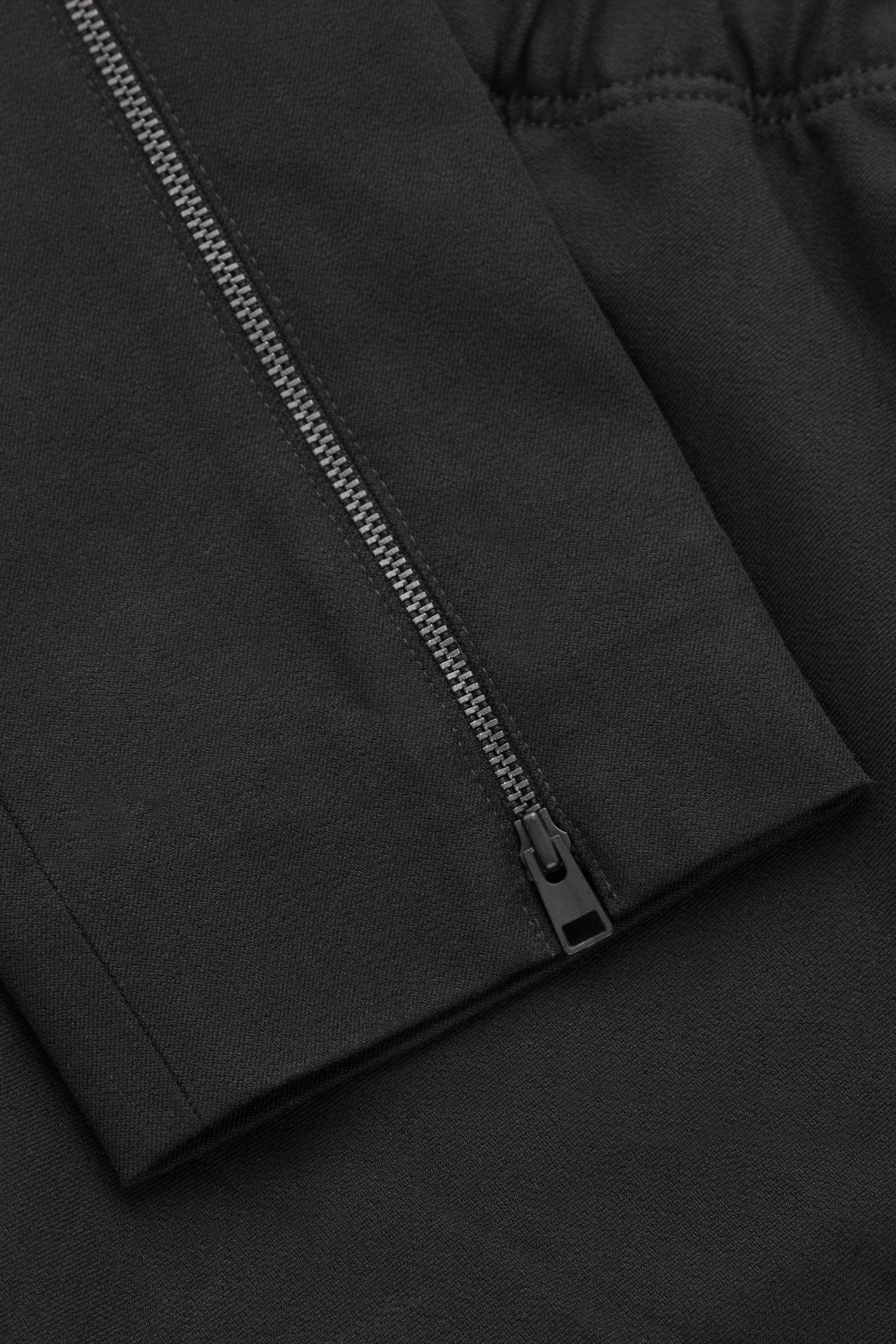 COS 스키니 레깅스 트라우저의 블랙컬러 Detail입니다.