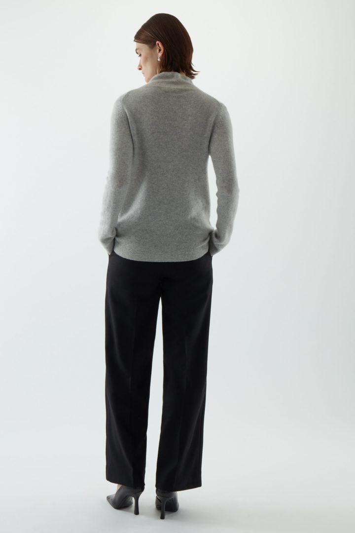 COS 니티드 캐시미어 스웨터의 몰 그레이컬러 ECOMLook입니다.