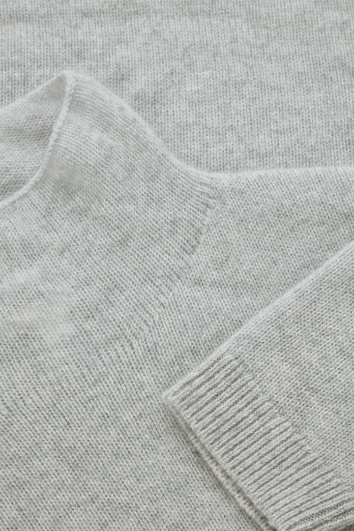 COS 니티드 캐시미어 스웨터의 몰 그레이컬러 Detail입니다.