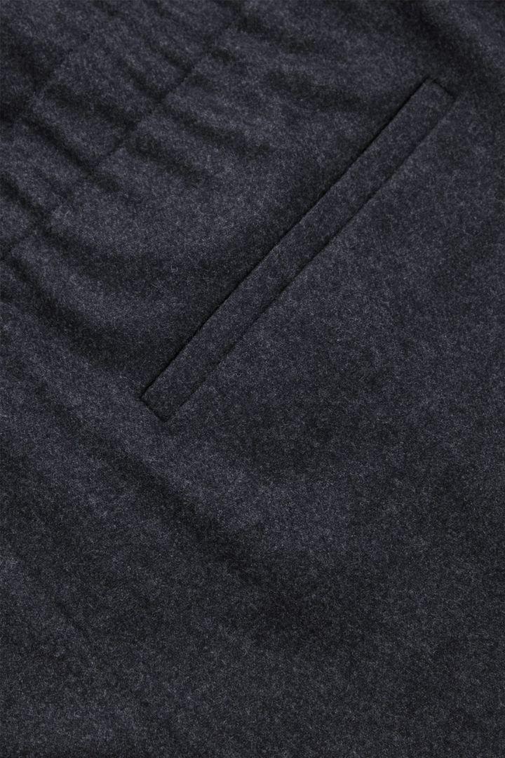 COS 울 믹스 펠트 보일러수트의 다크 그레이컬러 Detail입니다.