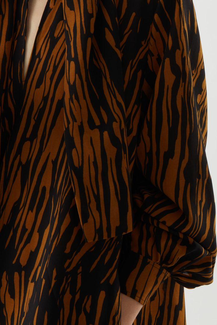 COS 프린티드 보우 디테일 드레스의 블랙 / 브라운컬러 ECOMLook입니다.