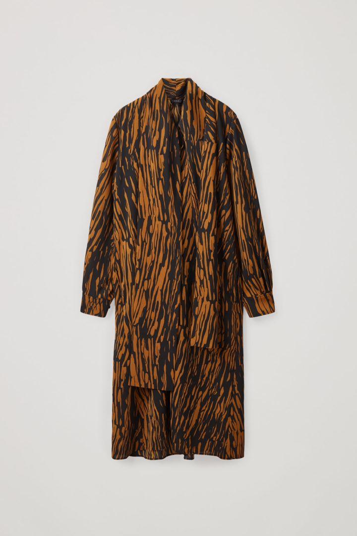 COS 프린티드 보우 디테일 드레스의 블랙 / 브라운컬러 Product입니다.