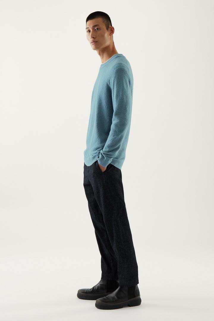 COS 울 릴랙스드 스웨터의 스틸 블루컬러 ECOMLook입니다.