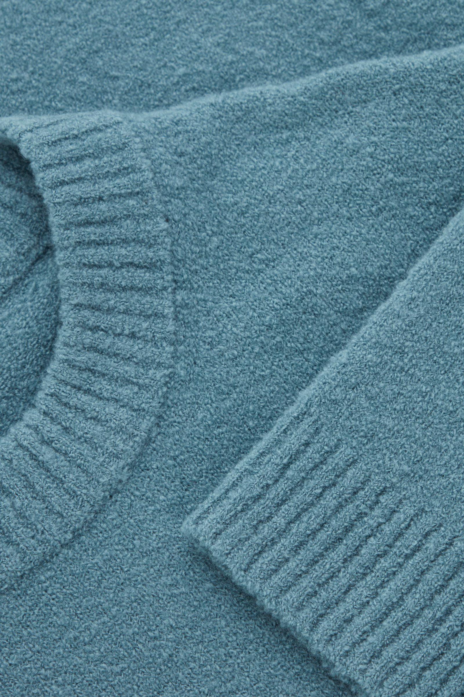 COS 울 릴랙스드 스웨터의 스틸 블루컬러 Detail입니다.