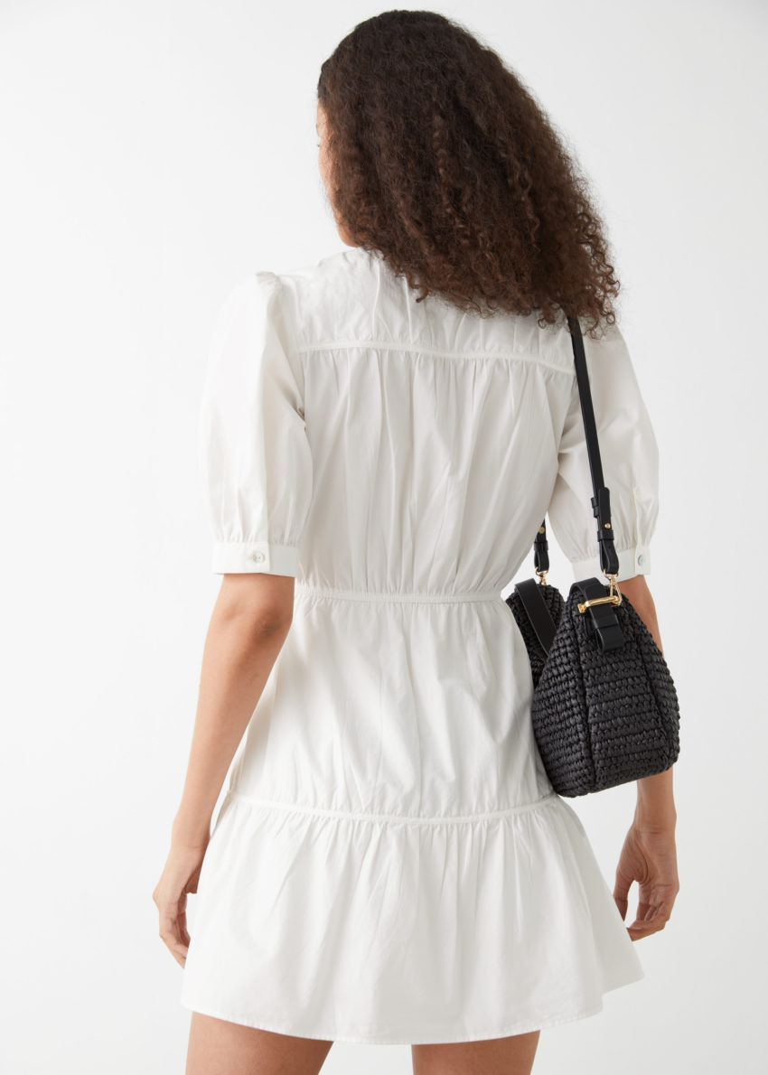 앤아더스토리즈 티어드 퍼프 슬리브 미니 드레스의 화이트컬러 ECOMLook입니다.
