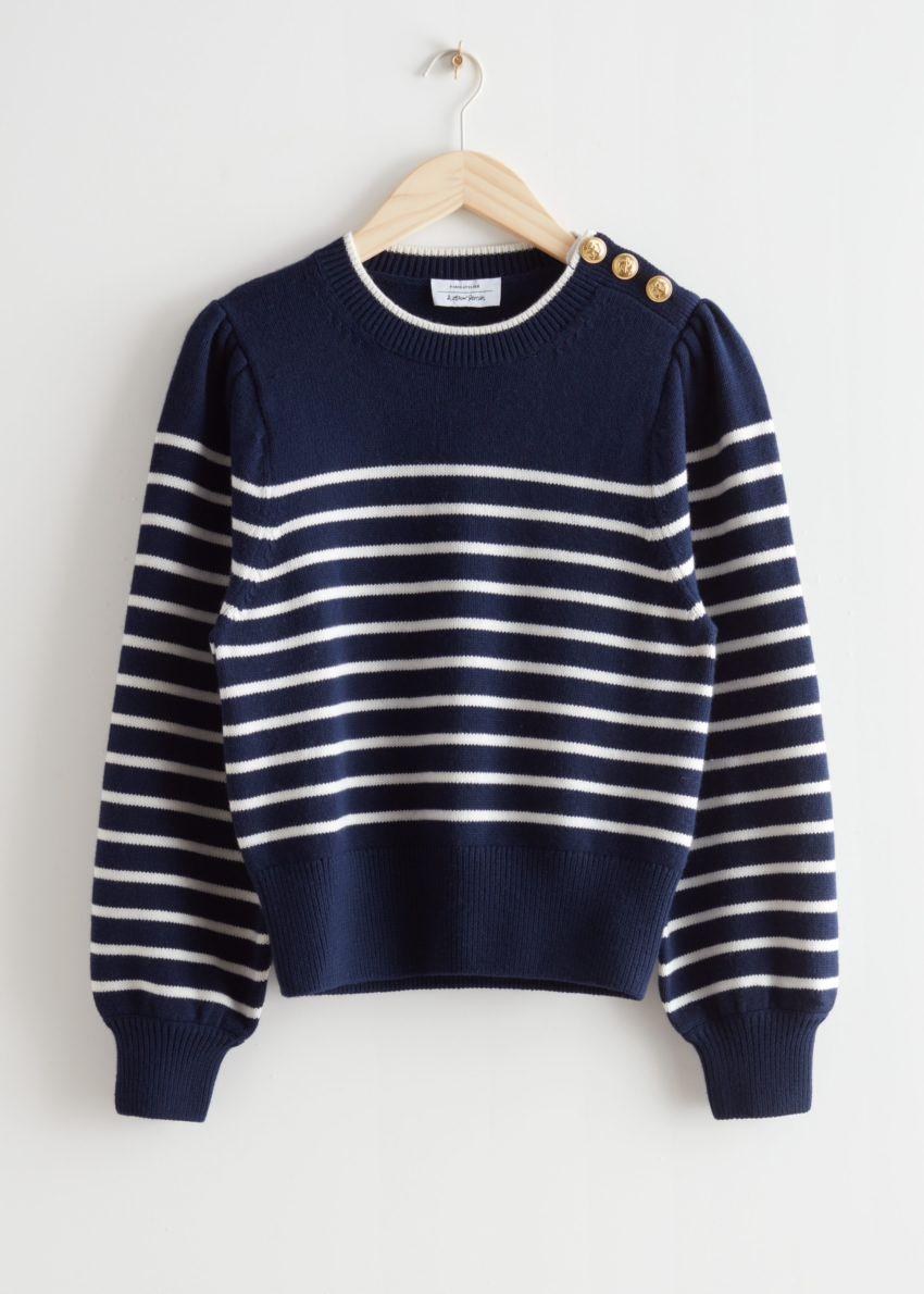앤아더스토리즈 버튼 스트라이프 스웨터의 블루/화이트 스트라이프컬러 Product입니다.