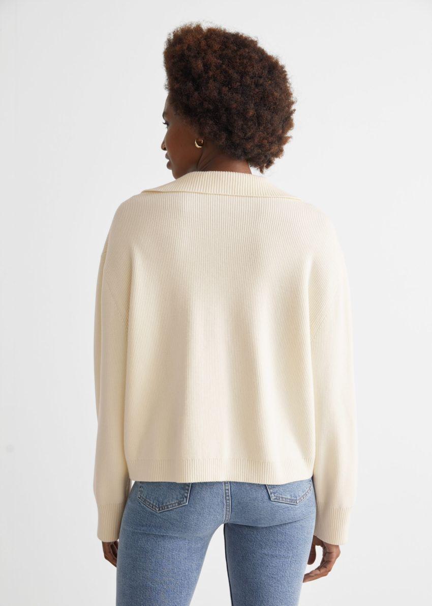 앤아더스토리즈 카라 니트 스웨터의 크림컬러 ECOMLook입니다.